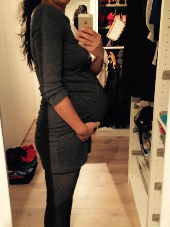 Perfekt (så perfekt det KAN bli) silhuett med BELLY BANDIT KOMPRESJONSSHORTS under kjolen! Et must for både gravide og ikke-gravide 🙌🏻