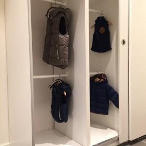 alle guttene har fått egne plasser til å henge klær/sko/hyller