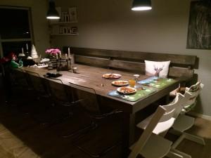 gårsdagens middag står enda på bordet og venter ...