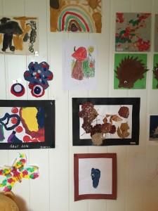 Lekerommet til guttene er dekorert med fine, fargerike tegninger/malerier!