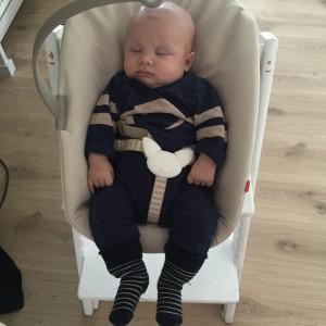 Lille M fikk ikke være på tur, så han sovnet istendfor i stolen sin 💤