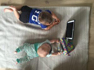 iPad med er moro med lillestorebror og bittelillebror..
