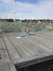 Markus tittet på storebrødre som fisket krabber, fra bryggen med tante Ekka.