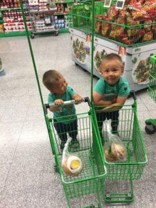 Mine to hjelpere i butikken. Her fra en tidligere handletur.