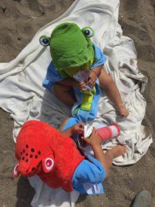 En frosk og en blekksprut på stranden
