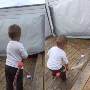 Jonathan hjelper pappa med å vaske boblebadet..