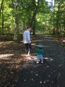 Nicoline og Jonathan - viktig med hjelm på skogstur ...