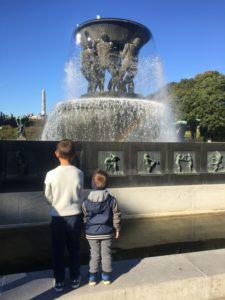 To brødre som beundrer den stoooore fonten 💦