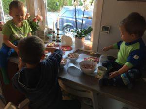 Små kokker som lager sine egne pita-pizzaer