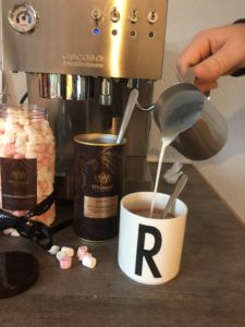 Deilig kakao med steamet melk og marshmallows!