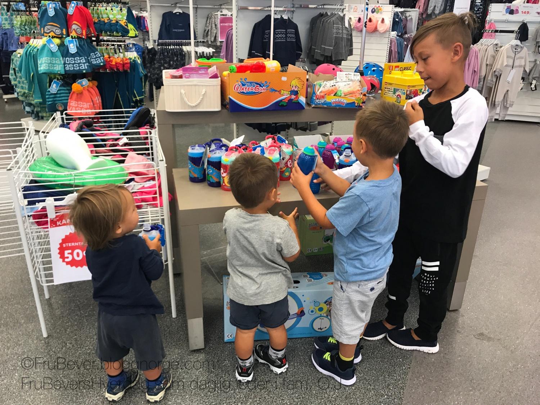 Frubevershverdag: alle fire fikk velge klær, drikkeflasker etc til skole/barnehagestart