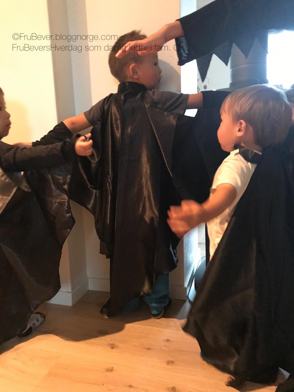 Halloweenklare gutter i kostymer fra Coolstuff.no!