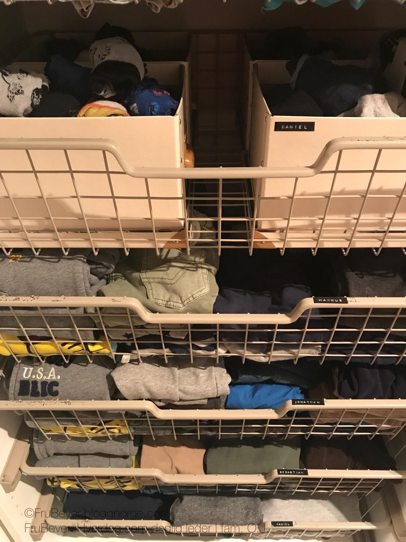 FruBevershverdag ordning og reda i garderoben til 6 personer! Dymomaskinen er min bestevenn!