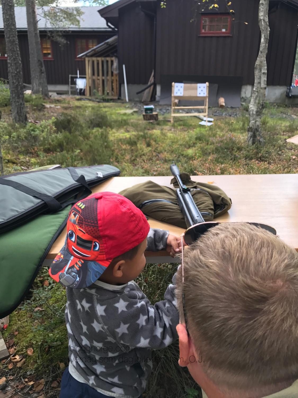 De to mellomste fikk prøve seg med luftgevær, under oppsyn av Robert.