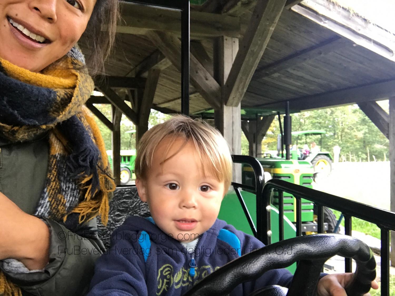 """På Kutoppen og Markus kjører traktor! """"Tattor""""!!! Hele to runder kjørte han og var sååå fornøyd!"""