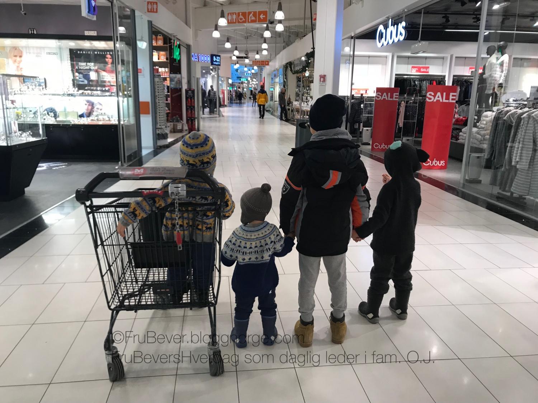 Ut for å bytte noen julegaver -med fire gutter ...