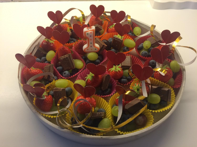 Frukt, bær og grønnsaker fremfor kaker på sommeravslutningen