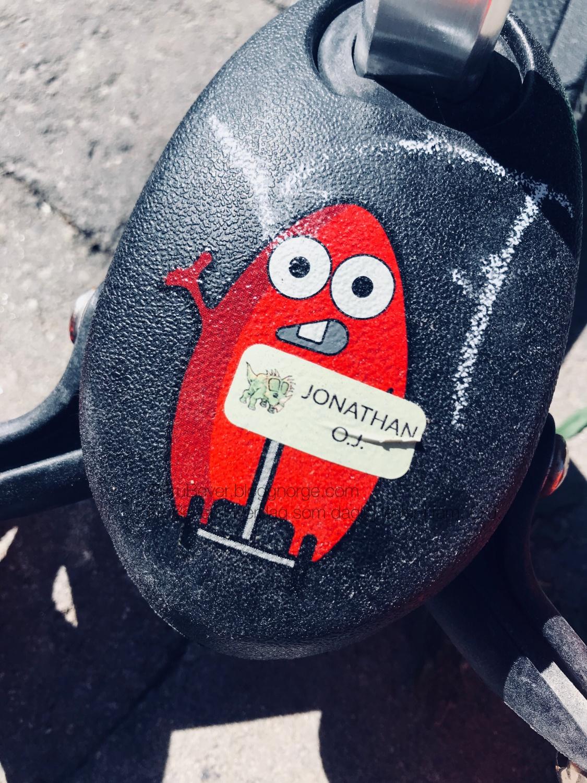 HuskD navnelapper på alle sparkesykler og sykler! Sitter som støpt! (Selv her som Jonathan har klistret på helt selv 🙂