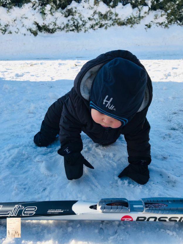 Baby O's første møte med snøen på nært hold