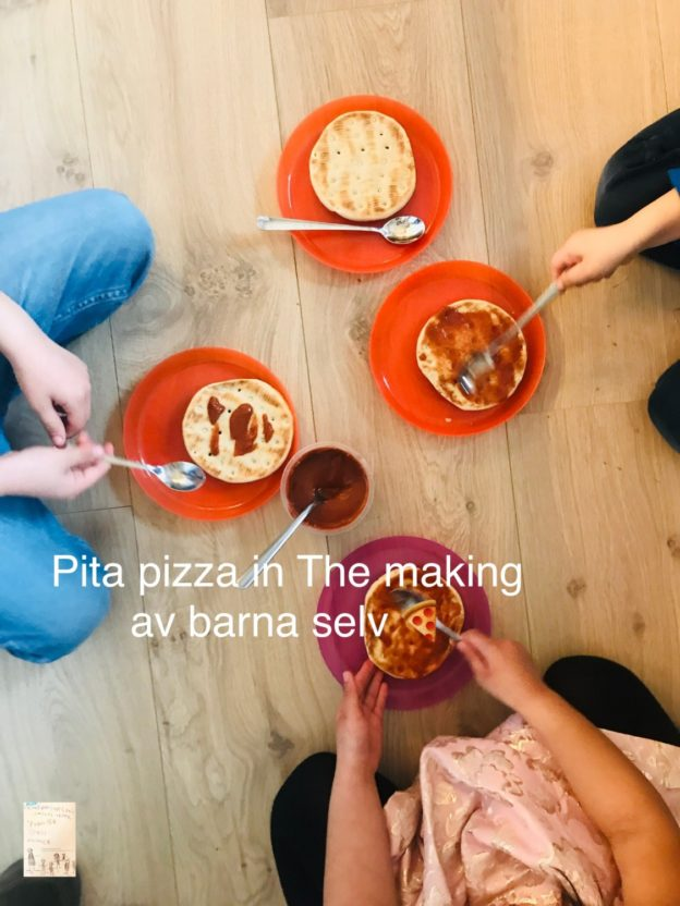 Pita pizza in the making // aktivitet å gjøre med barn