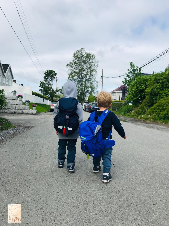 To små fettere på vei hjem fra Miniøya