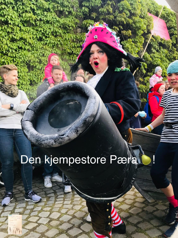 @Miniøya og Nationaltheateret // den kjempestore pæra 🍐