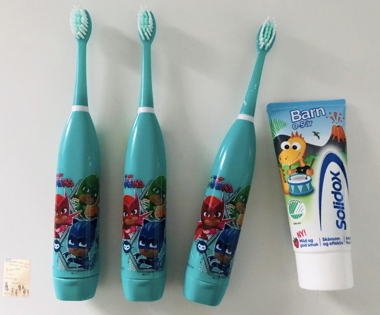 Pysjheltene elektriske tannbørster til de mellomste guttene!