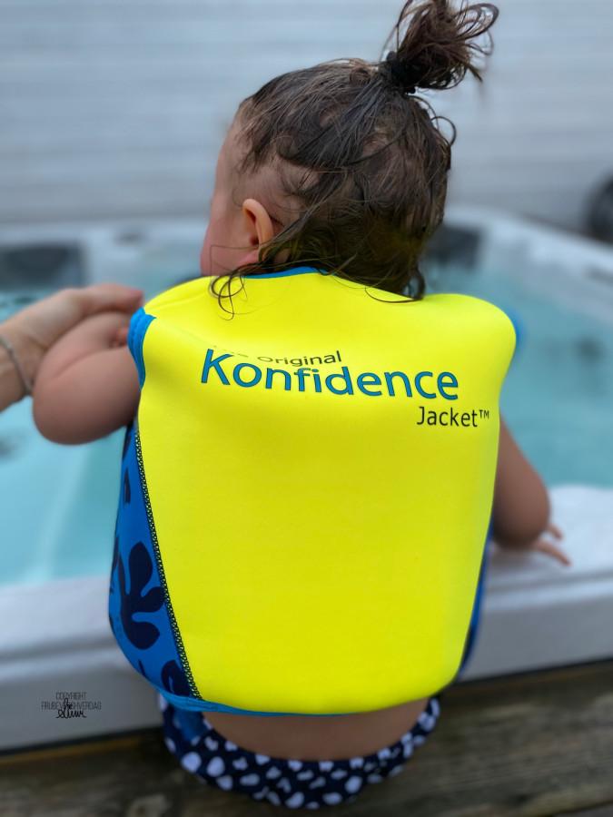 Selvtillit i vannet med svømmevesten Konfidence fra Gullbarna @FruBeversHverdag