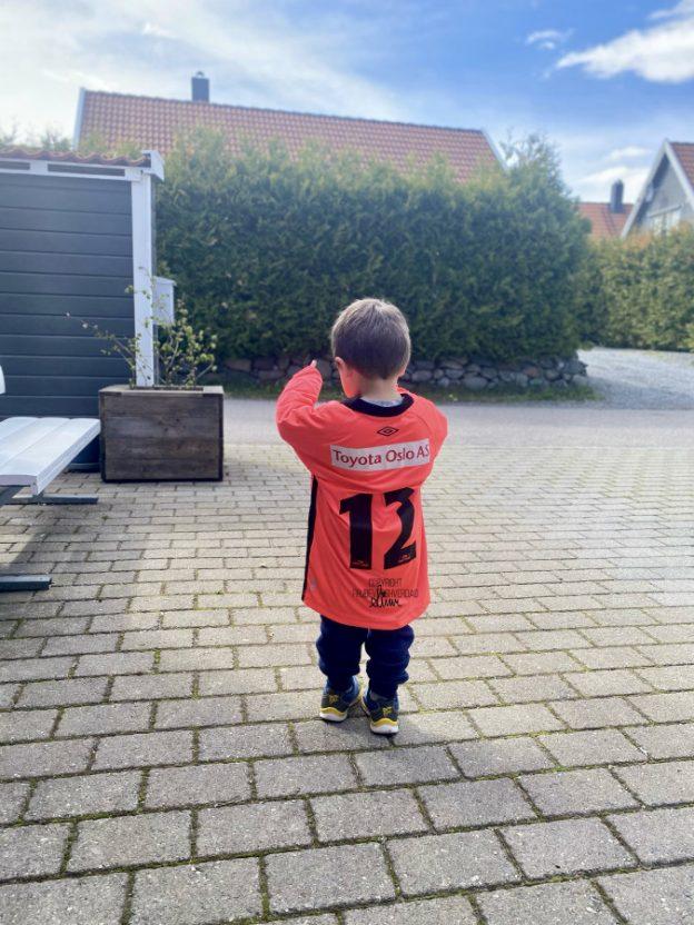 Alt han ville var å spille fotball med brødrene sine … [FruBeversHverdag]